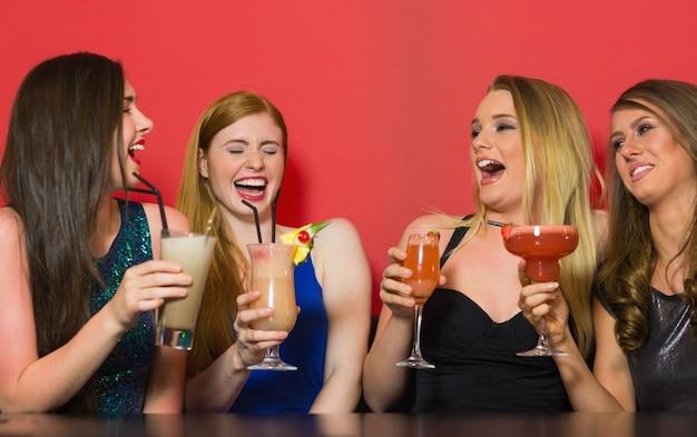 Chatten vrienden cocktails houden