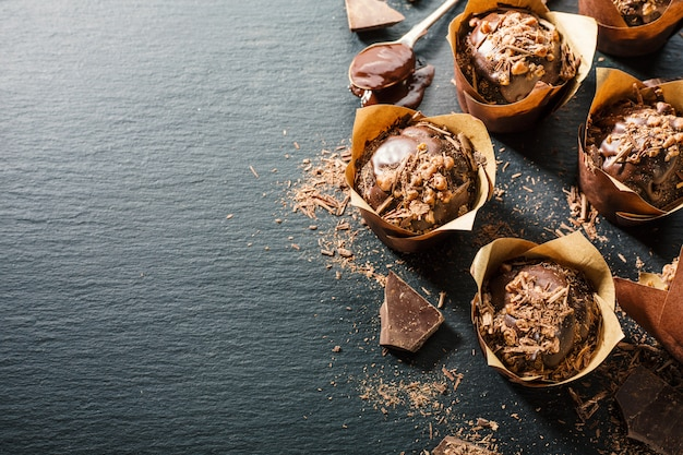 Chcolate-muffins op donkere lijst