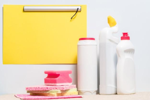 Checklist voor het winkelen van schoonmaakproducten. geassorteerde chemicaliën op wit