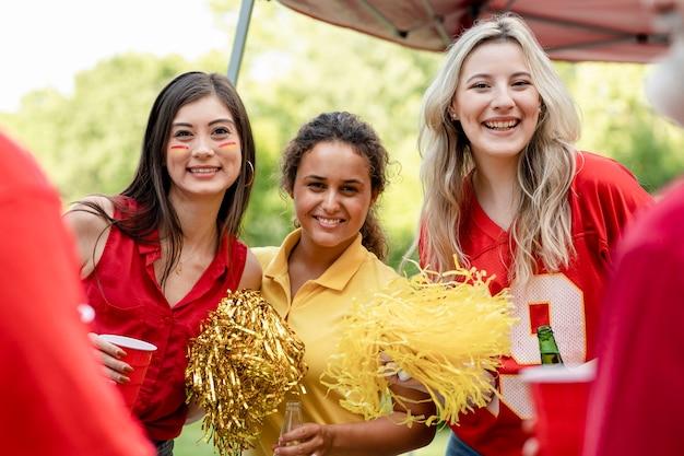 Cheerleaders op een achterklepfeestje