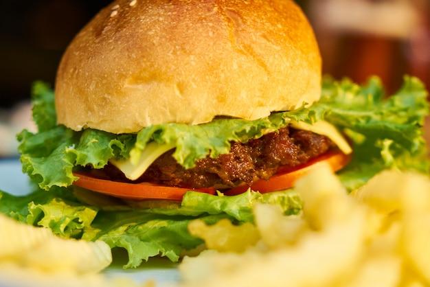 Cheeseburger broodje sla rundvlees maaltijd