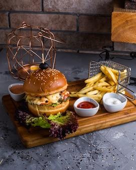 Cheeseburger met frietjes op tafel