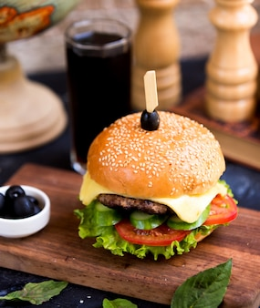 Cheeseburger met glas cola