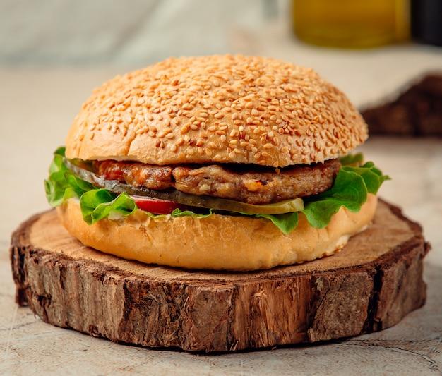 Cheeseburger met sla en tomaat
