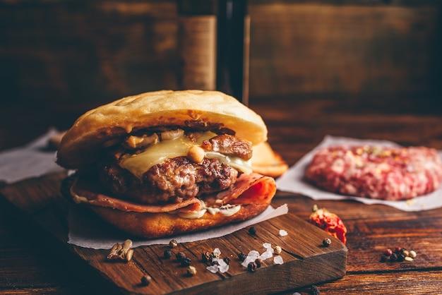 Cheeseburger op snijplank