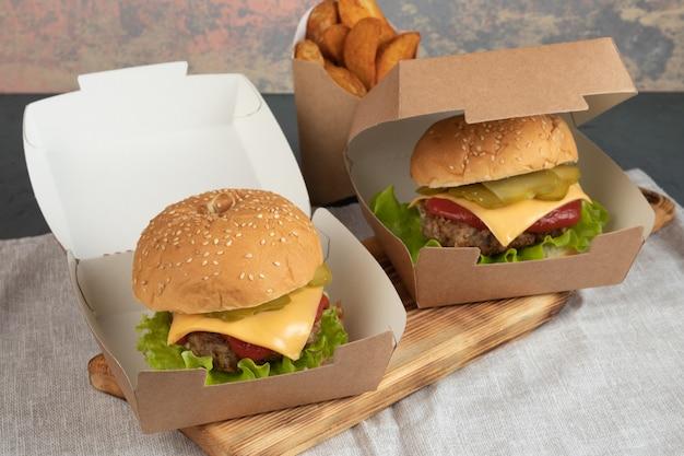 Cheeseburgers in papieren verpakking voor een levering
