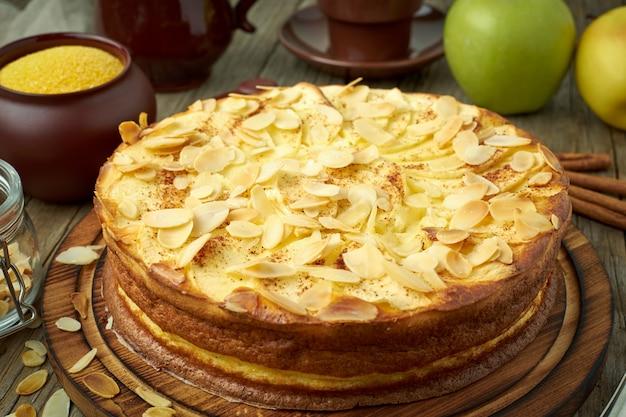 Cheesecake, appeltaart, gestremde melkdessert met polenta, appelen, amandelvlokken en kaneel