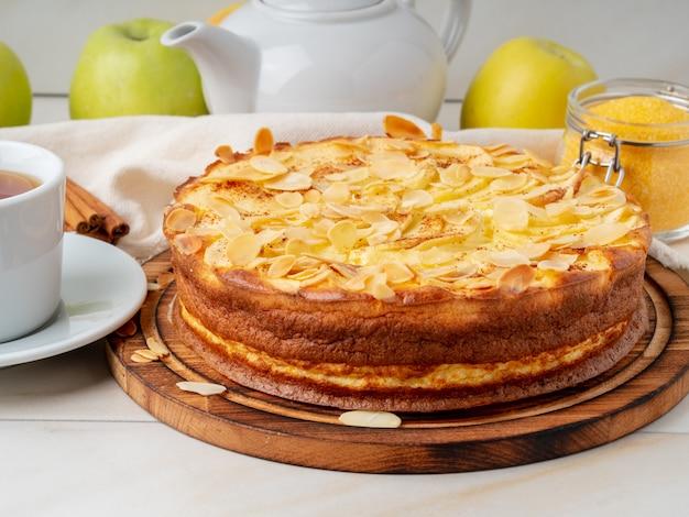 Cheesecake, appeltaart, gestremde melkdessert met polenta, appelen, kaneel