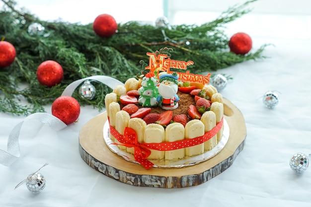Cheesecake geserveerd met kerstversiering.
