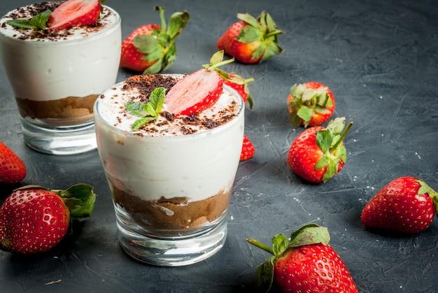Cheesecake met aardbei en munt