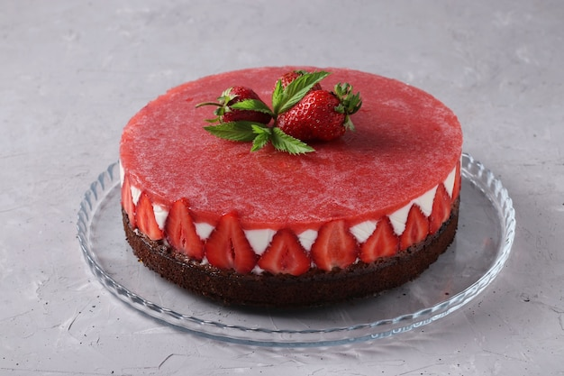 Cheesecake met aardbeien en gelei zonder bakken op lichtgrijze achtergrond. detailopname. horizontaal formaat