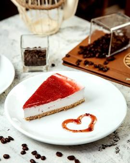 Cheesecake met aardbeienjam bovenop