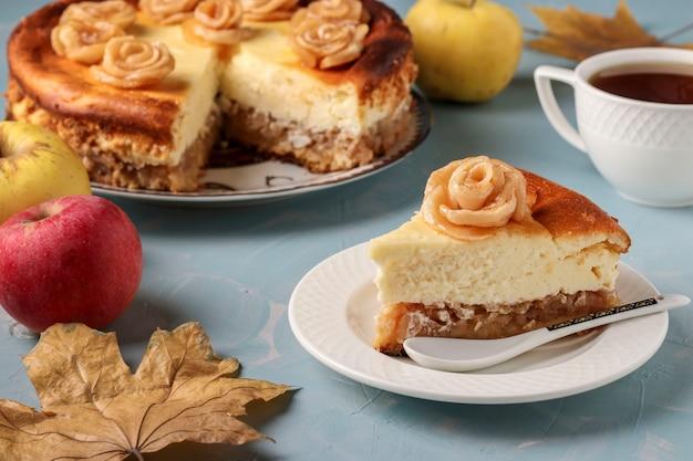 Cheesecake met appels en kopje koffie gelegen op een lichtblauw