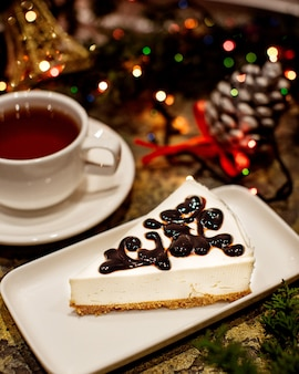 Cheesecake met chocoladetopping en kopje thee