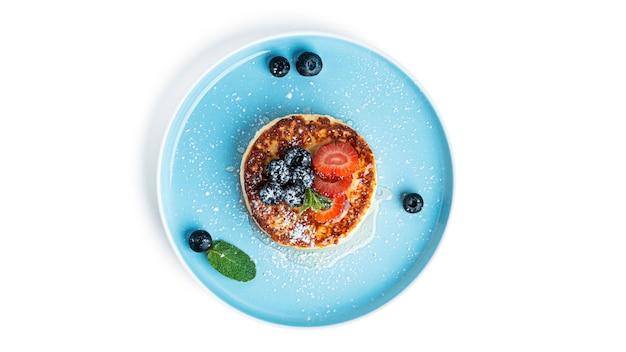 Cheesecake met fruit geïsoleerd op een witte achtergrond. hoge kwaliteit foto