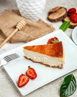 Cheesecake met kant gesneden aardbei