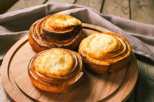 Cheesecake met kwark. traditioneel gebakje van russische keuken vatrushka. zoete broodjes met kwark