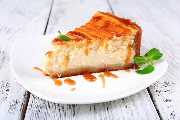 Cheesecake op plaat op grijze houten tafel