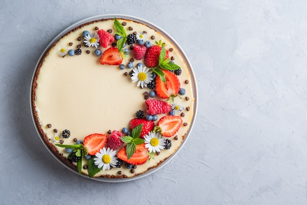 Cheesecake pie met verse bessen aardbeien bosbessen en bramen en munt kamille