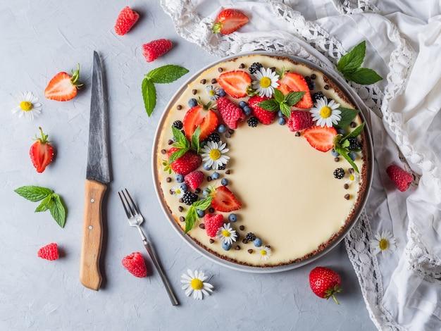 Cheesecake pie met verse bessen aardbeien bosbessen en bramen