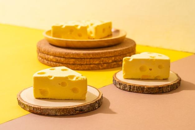 Cheesecake-stukjes met de vorm van kaas
