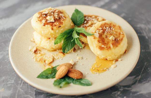 Cheesecakes, zelfgemaakte traditionele oekraïense en russische cheesecakes