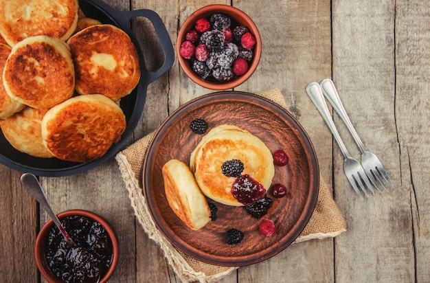 Cheesecakes zijn huisgemaakt. selectieve aandacht. eten en drinken.
