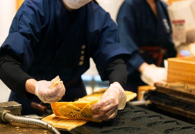 Chef-kok bereiden van traditionele japanse gerechten