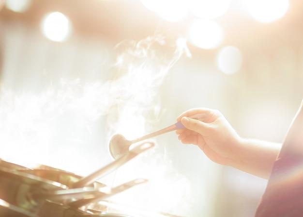 Chef-kok bereiden van voedsel, maaltijd, in de keuken, chef-kok koken, chef-kok versieren schotel