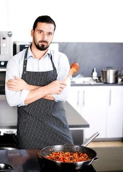 Chef-kok bereidt gerechten in een koekenpan