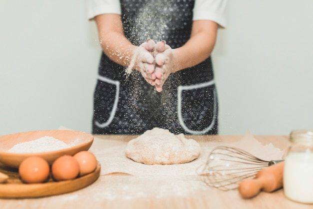 Chef-kok die brood en het kneden van deeg bakken