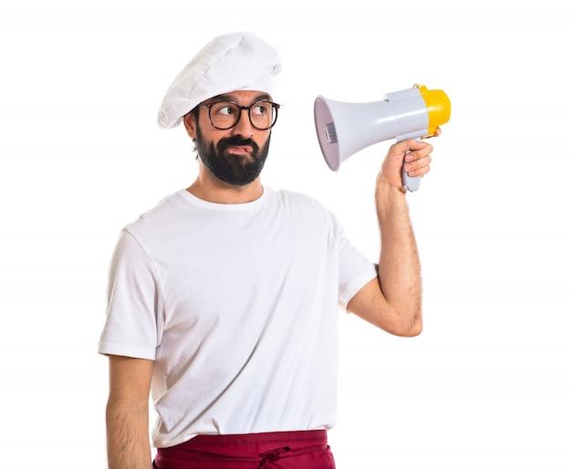 Chef-kok die door megafoon schreeuwt