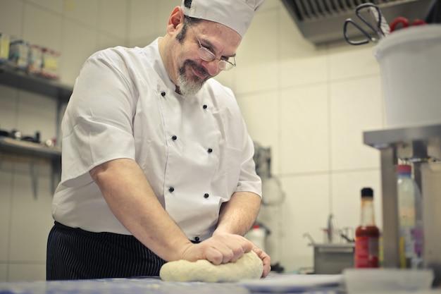 Chef-kok die een deeg maakt