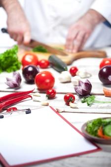Chef-kok die een groene peterselie snijdt zijn keuken