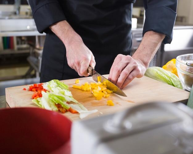Chef-kok die een recept voorbereidt
