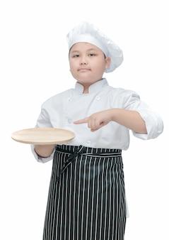 Chef-kok die en lege houten schotel houdt richt