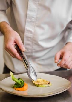 Chef-kok die gebraden courgette vooraanzicht voorbereidt