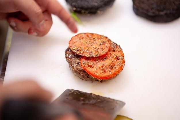 Chef-kok die heerlijk hamburgervlees bereidt. in restaurant