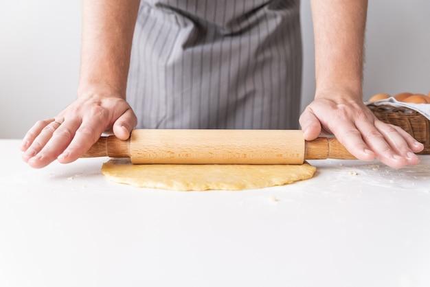Chef-kok die het deeg uitrekt