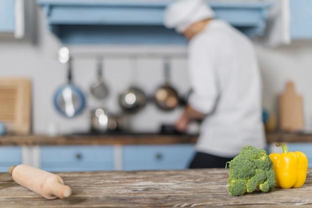 Chef-kok die in keuken werkt