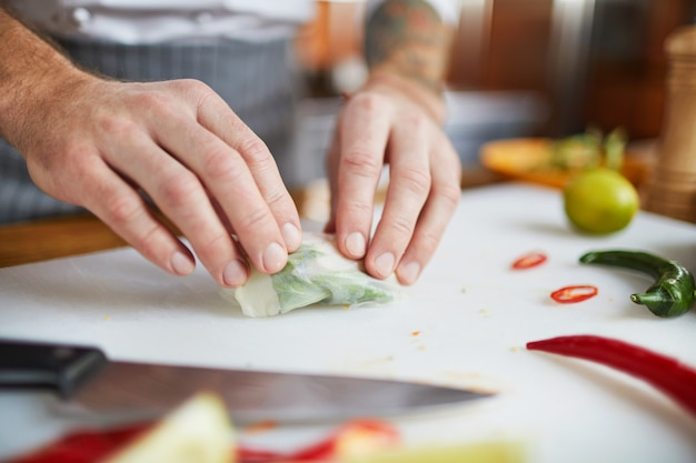 Chef-kok die plantaardige broodjes maakt