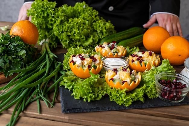 Chef-kok die schotel met salade voorstelt