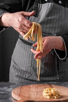 Chef-kok die tagliatelle maakt