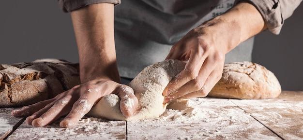 Chef-kok die vers deeg voor het bakken maakt