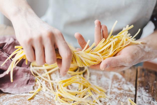 Chef-kok die verse italiaanse deegwaren maakt