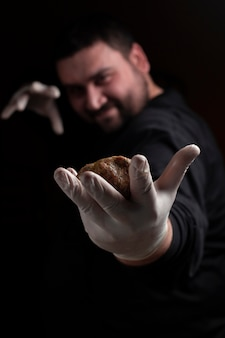 Chef-kok die vleesballen maakt