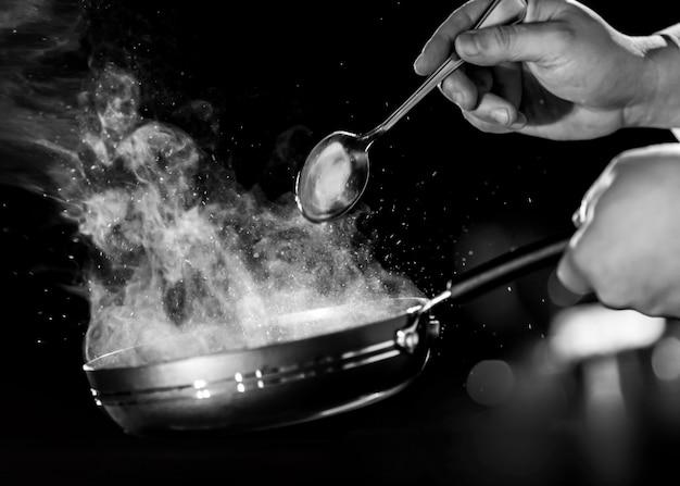 Chef-kok die voedsel in de keuken voorbereidt, chef-kok het koken