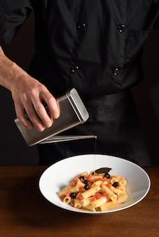 Chef-kok die voedsel voorbereidt