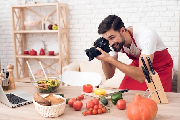 Chef-kok die voedselingrediënten schieten voor culinaire podcastkijkers.