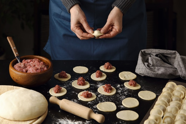 Chef-kok die zelfgemaakte dumplings maakt